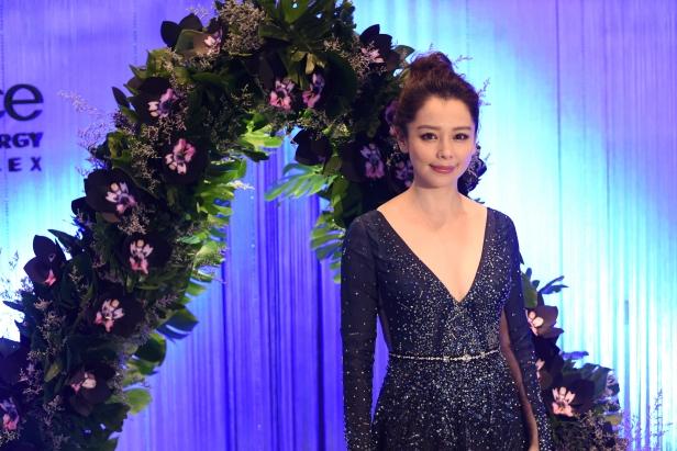 Vivian Hsu Pose (2)